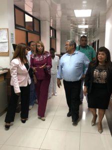 Chanel Rosa visita hospital Jaime Oliver Pino a petición de diputada Juana Vicente.