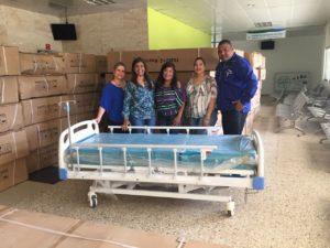 Dra. Derca Reyes encabeza entrega de camas a hospital Jaime Oliver Pino