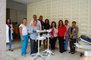 Dra. Derca Reyes, entrega equipos a hospital Jaime Oliver Pino.