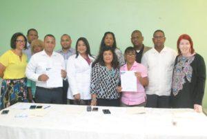 Dra. Derca Reyes hace entrega de nombramientos a personal de hospitales de Hato Mayor