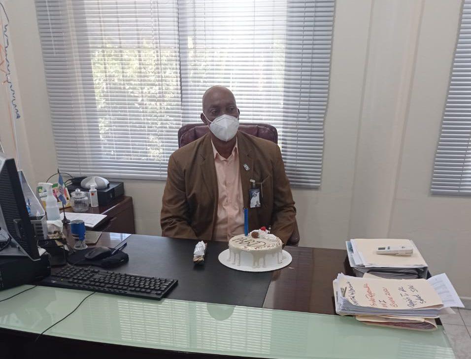 Esta de cumpleaños el Director del Servicio Regional de Salud  Este por lo que sus compañeros de trabajo le felicitan