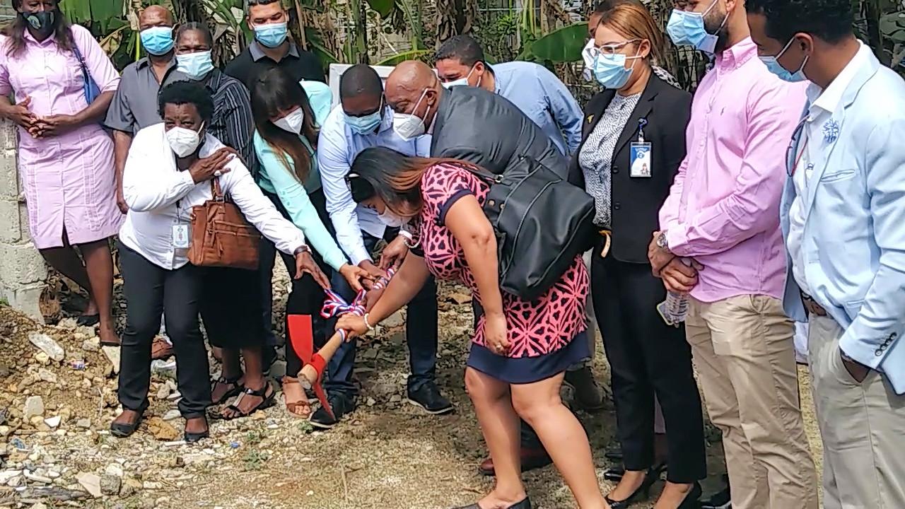 Director Regional  Este de Salud y Sindico da Primer Picazo para la construcción de UNAP, en Guayacanes.