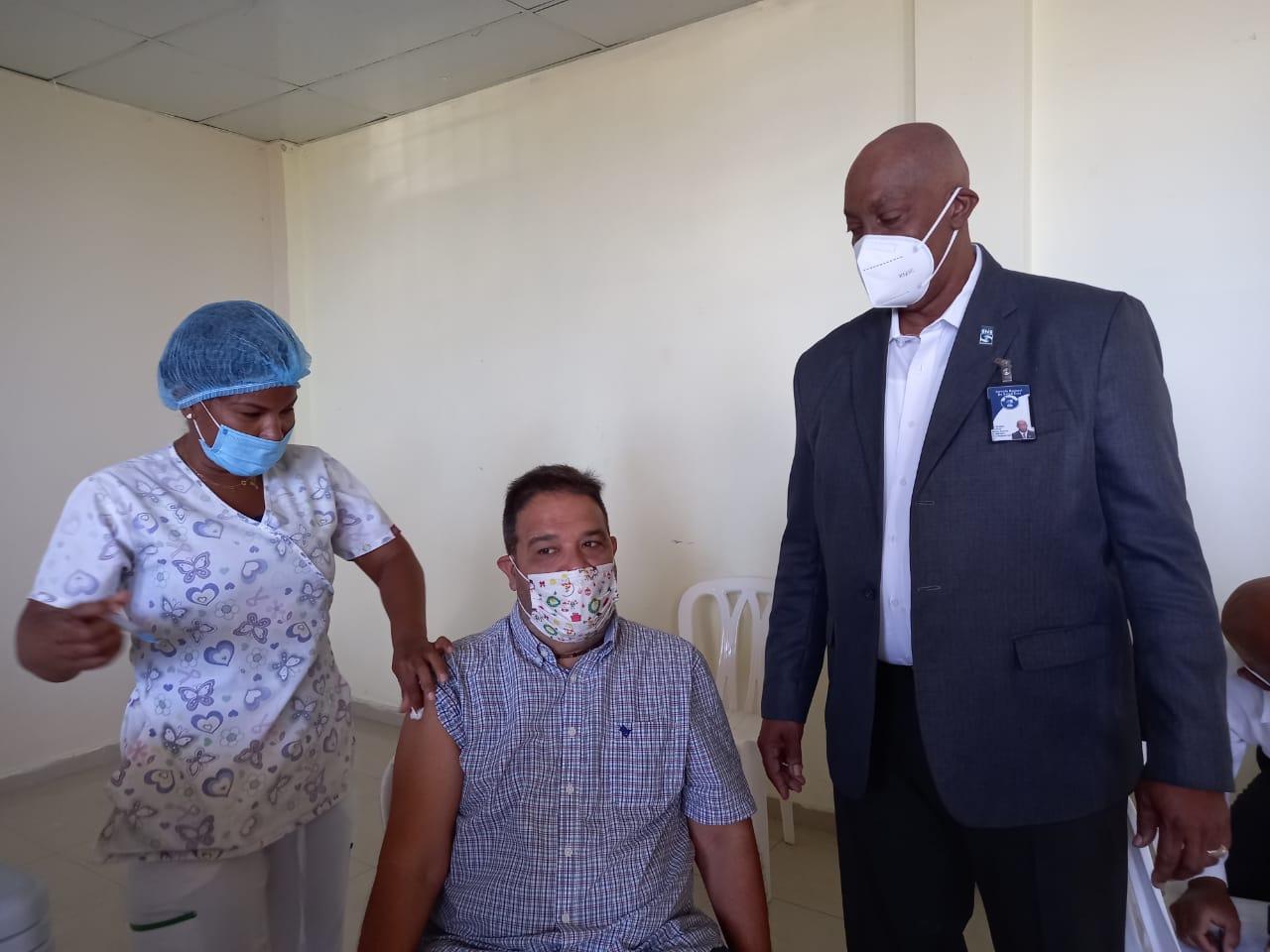 Director Regional Este de Salud Visita Centro en la Jornada de Vacunación contra el Covid19 a Periodistas, Locutores y trabajadores de la Prensa.