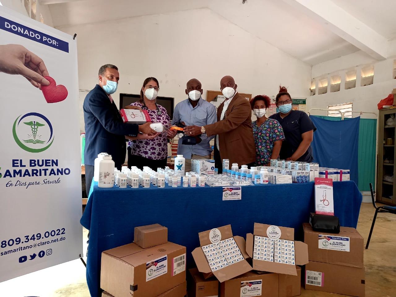 """Fundación """"El Buen Samaritano"""" dona medicamentos, Nebulizadores, Lentes y Estetoscopios  a  UNAP de San Pedro  de Macorís."""