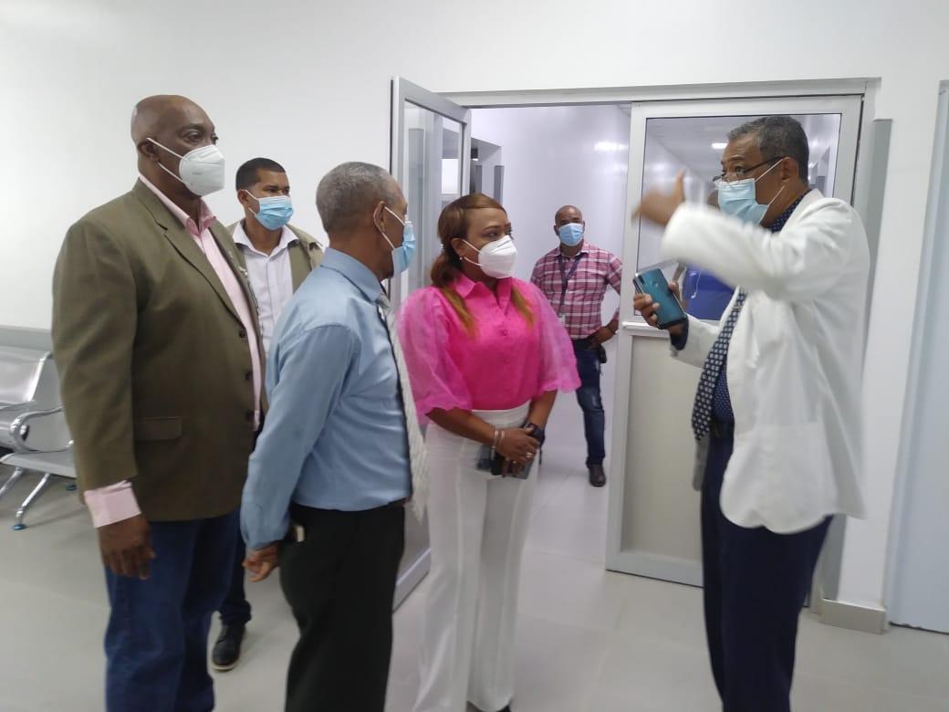 Director SRS Este, conjuntamente con la Gobernadora, supervisan trabajos que se realizan en hospital Dr. Jaime Oliver Pino SPM