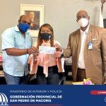 GOBERNADORA ENTREGA CHEQUE DE RD$50.000.00, PARA REPARACION DE AMBULANCIA.